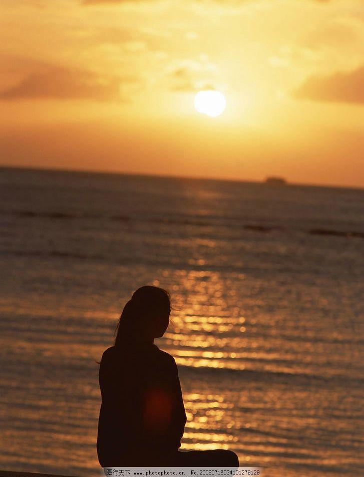 海边夕阳 美女背影 海面 旅游摄影 大海 沙滩 摄影图库