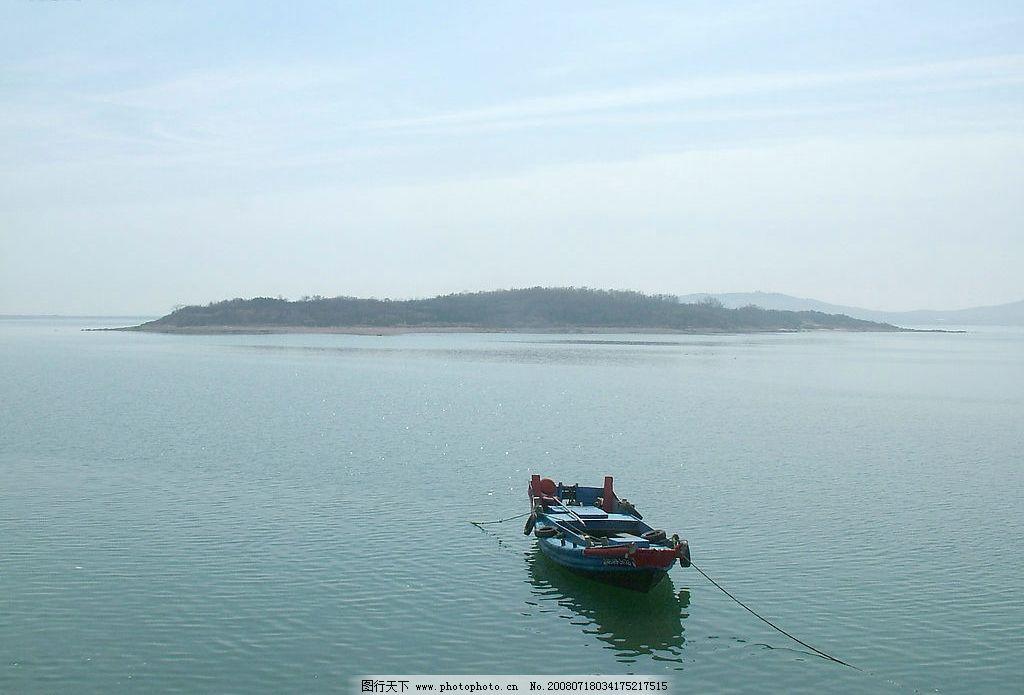小船 小岛 水 蓝天大海 旅游摄影 自然风景 摄影图 摄影图库 72dpi