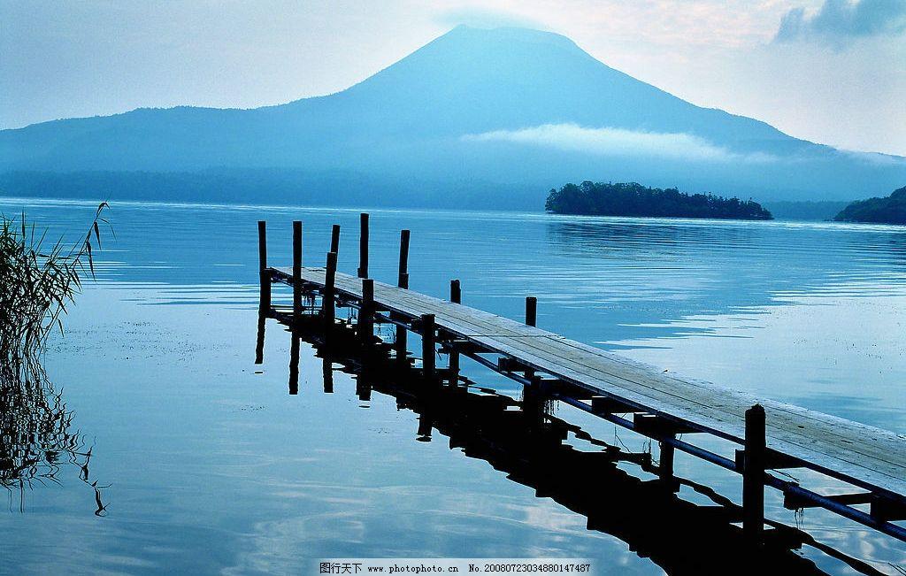美丽风景 水 小桥 木桥 山 阳光 湖水 山峰 自然景观 自然风景