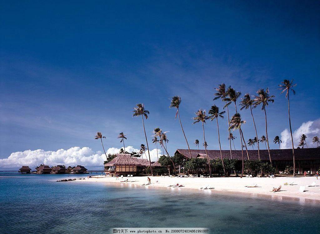 沙滩 椰子树 草屋 人 沙滩椅 白云 自然景观 自然风景 夏威夷 关岛 摄