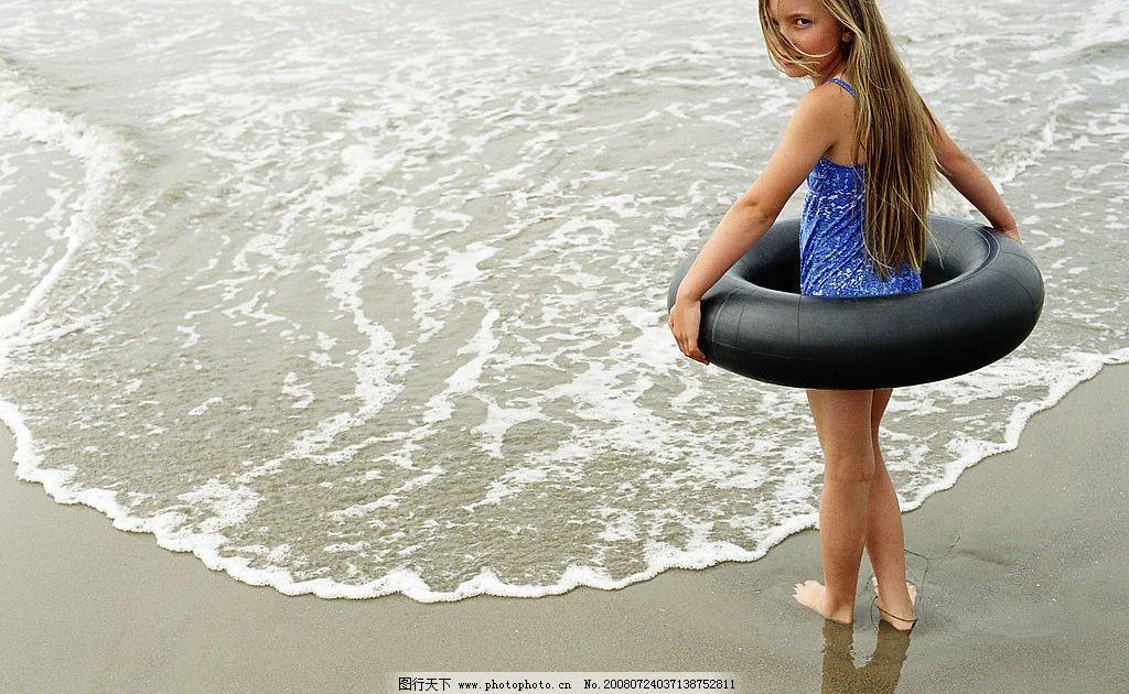 海边玩耍 海边 海浪 沙滩 小孩子 救生圈 凝望 赤脚 生活百科 娱乐