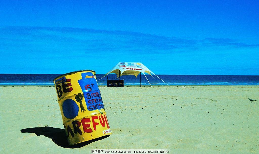 沙滩上的油桶涂鸦图片
