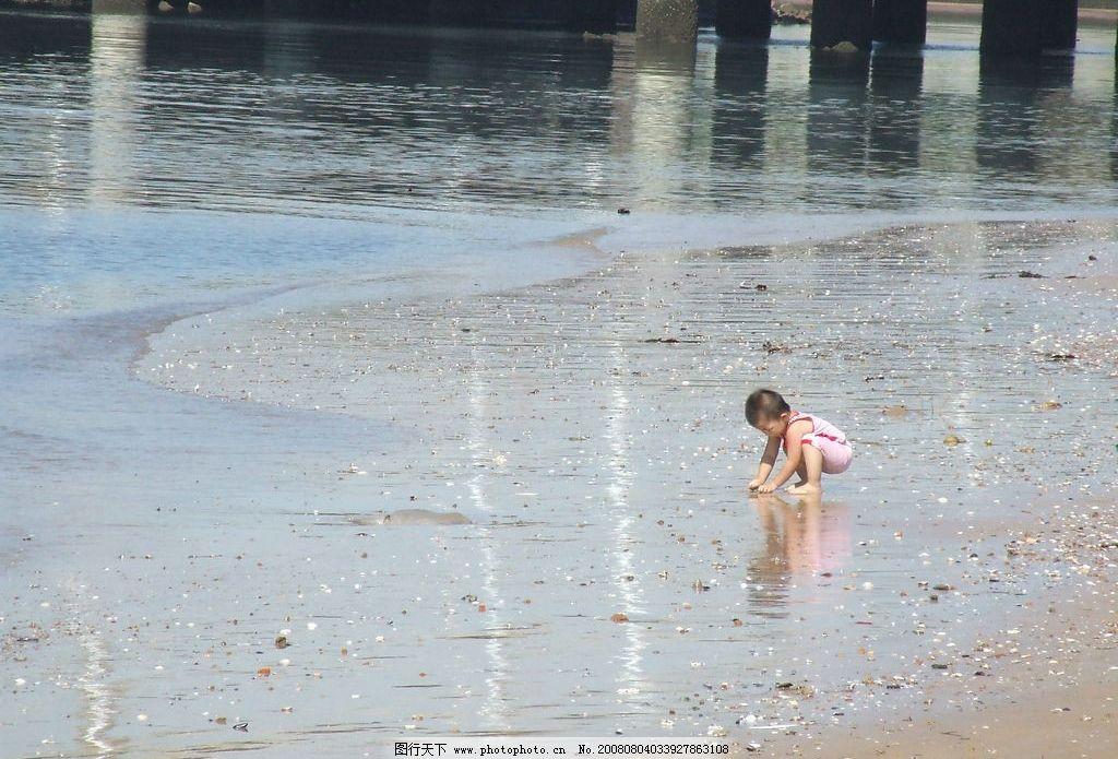 沙滩上玩耍的小孩 大海 沙滩 儿童 小孩 旅游摄影 国内旅游 摄影图库