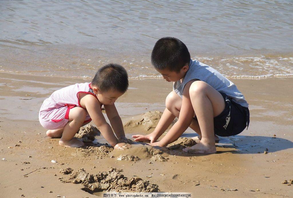 海边玩耍的小孩图片
