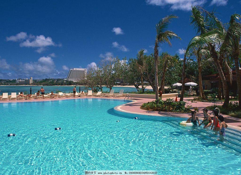 夏威夷关岛 蓝天 白云 游泳池 椰子树 人 椅子 自然景观 自然风景