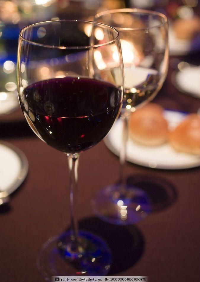酒杯 红酒 玻璃杯 高脚玻璃酒杯 半杯红酒 酒具 餐桌 餐具 两个酒杯
