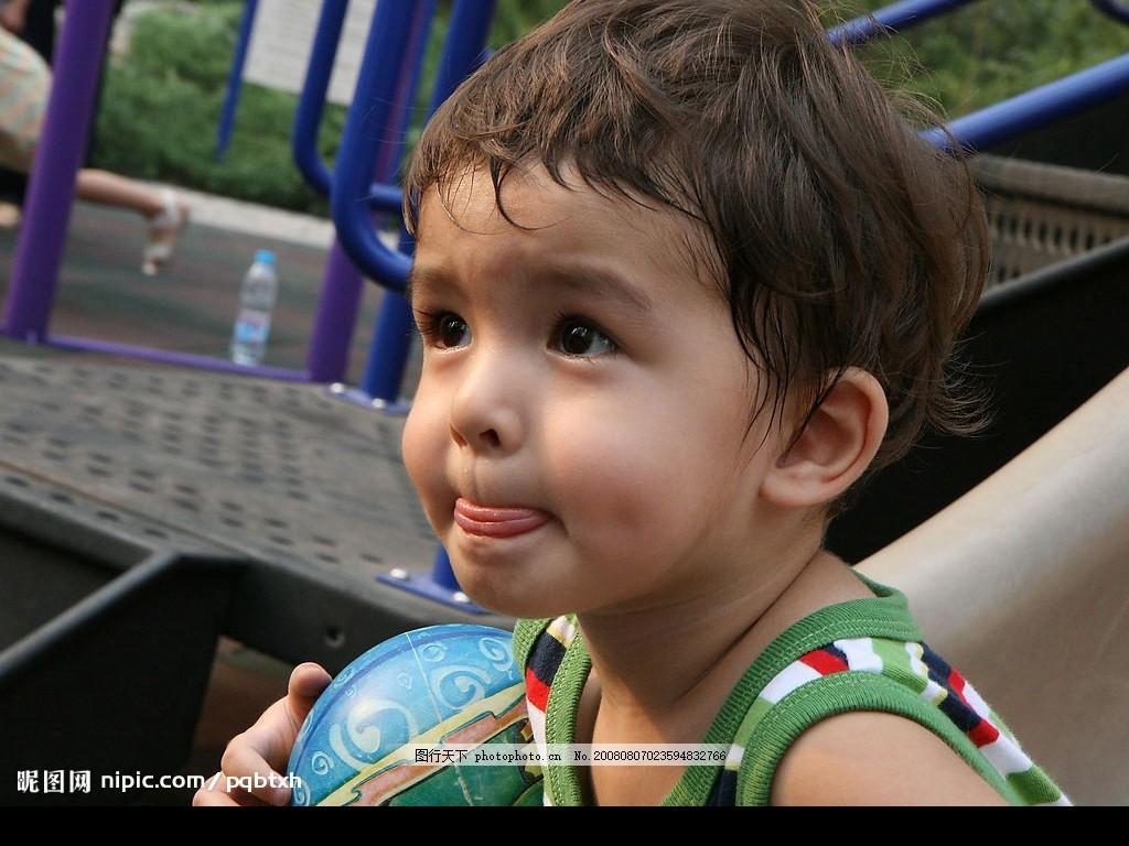 小男孩期盼的眼神 童年 渴望 表情 可爱 玩耍 皮球 大眼睛 俏皮