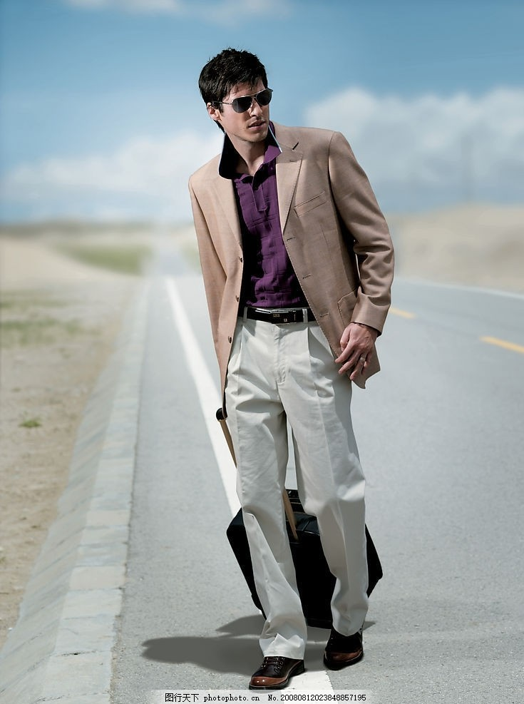 男性人物素材 外国人物 西装 公路 人物姿势 旅行箱 摄影图库
