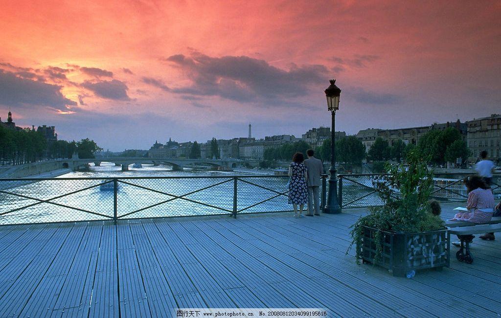 黄昏中的情侣 情人 路人 建筑 河 桥 旅游摄影 国外旅游 巴黎风光