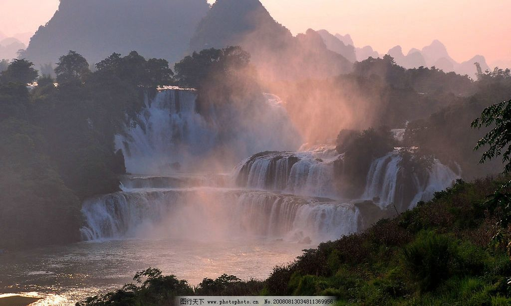 瀑布夕阳 烟雾 山川 树林 自然景观 自然风景 摄影图库