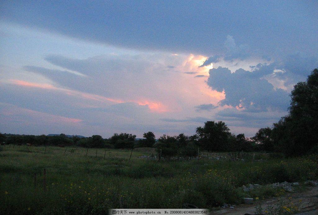 非洲傍晚路边 非洲 傍晚 路边 晚霞 云彩 自然景观 自然风景 摄影图库
