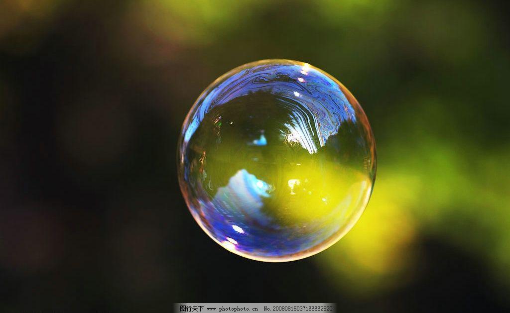 泡泡 气泡 肥皂泡 漂浮在空中的肥皂泡 透明 七彩的颜色 圆形 一碰