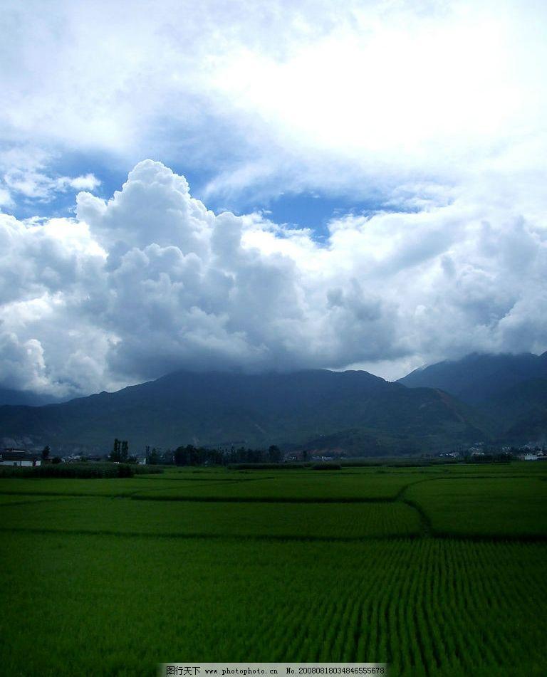 田野 天空 白云 远山 房屋 树林 自然景观 自然风景 摄影图库 72dpi