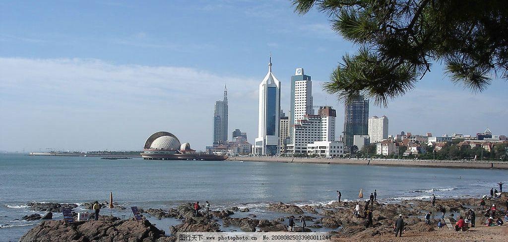 青岛 海边 建筑 人 松树 宽幅 海上皇宫 青岛海关大楼 旅游摄影 国内