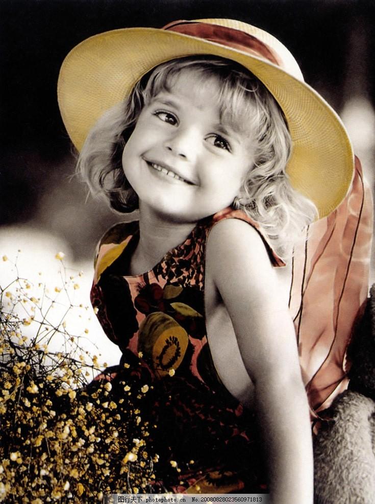 女孩 童年 单纯 外国 小女孩 单色 黑白 笑 戴冒子 摄影图库