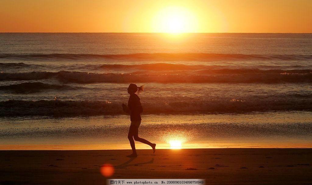 海边 沙滩 日出 夕阳 浪漫 大海 女性跑步 自然景观 自然风景 摄影