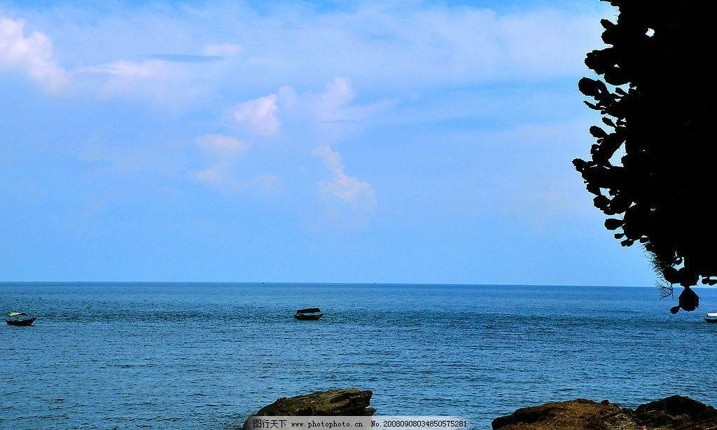 海蓝 大海 蓝天 天空 白云 海石 海平面 小舟 自然景观 自然风景 摄