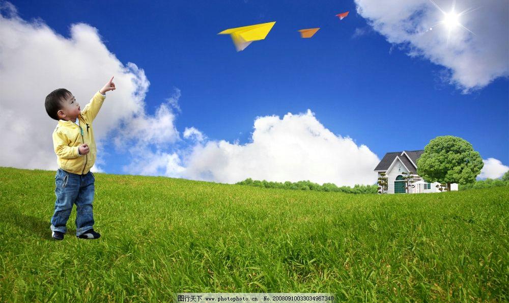 可爱小男孩 纸飞机 稻田 小屋图片