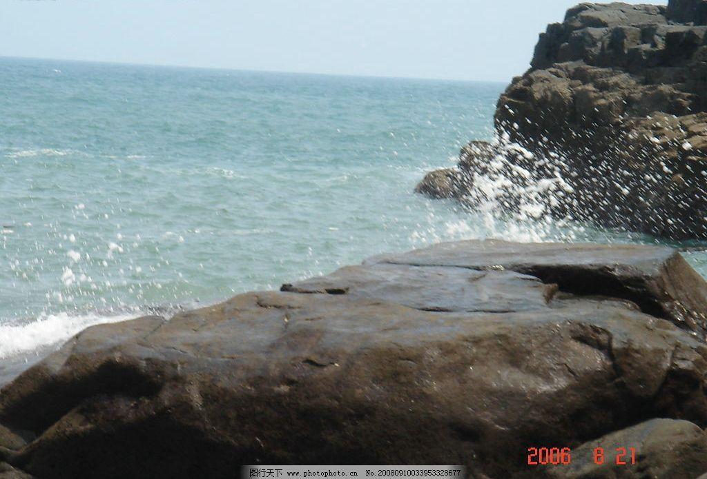 海浪拍石 大海 石头 海浪 蓝 旅游摄影 国内旅游 摄影图库 72dpi jpg