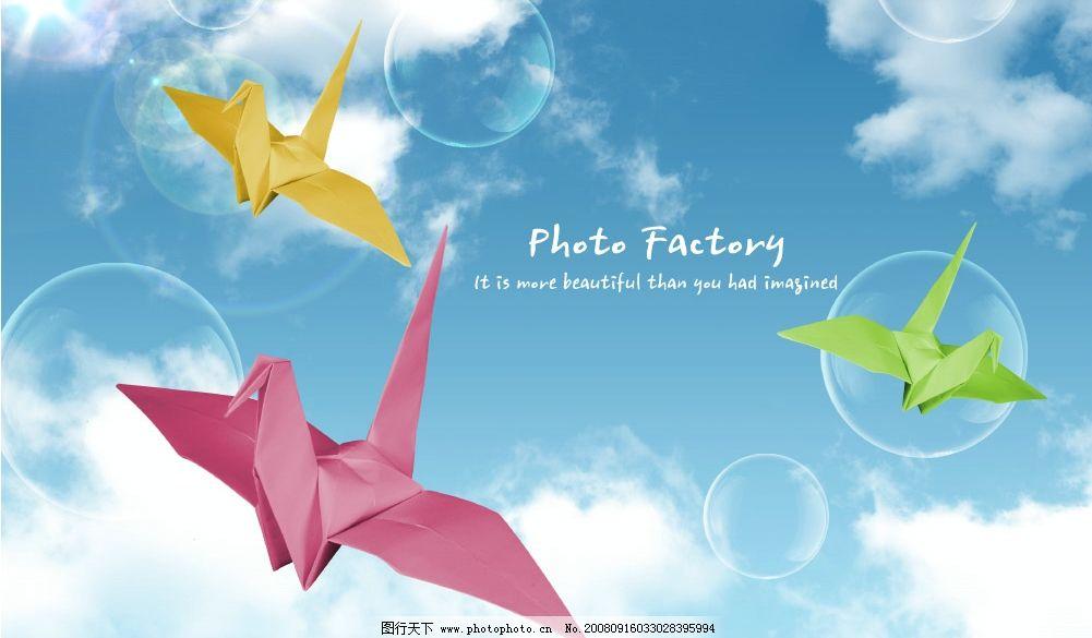 天空下的纸飞机图片