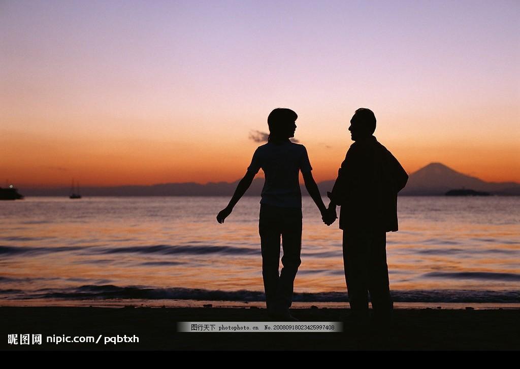 海边日出浪漫情侣 海边 日出 浪漫 情侣 沙滩 大海 朝阳 背影 剪影