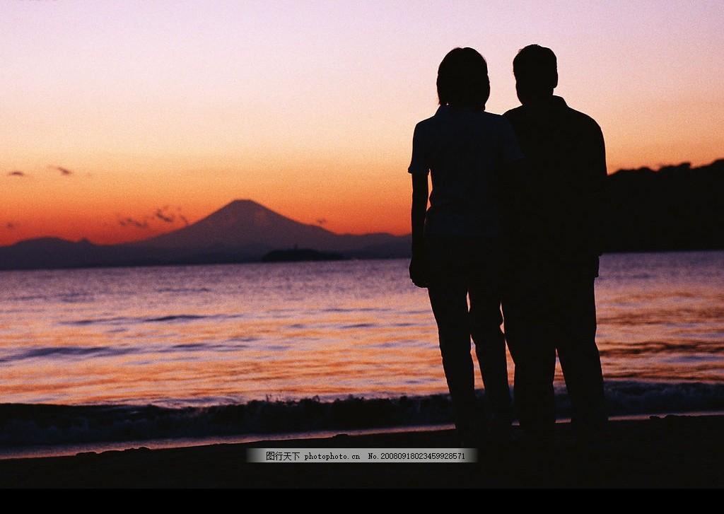 海边日出浪漫情侣