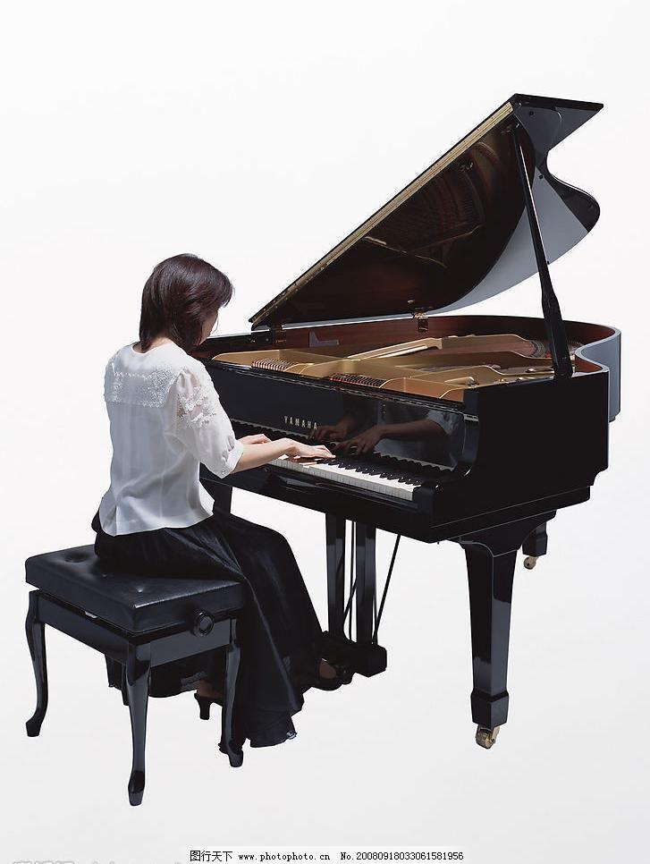 弹钢琴的女人图片